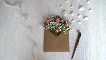 envelope com flores para saudações video