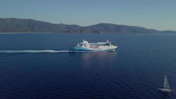 balsa e barco à vela em 4k