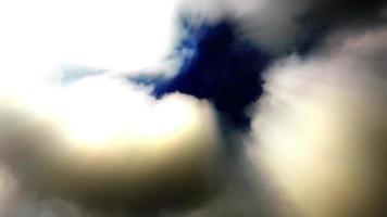 Rayos de sol atraviesan ondulantes nubes de lapso de tiempo