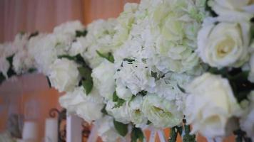 decorazioni di nozze con fiori bianchi