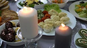 um banquete com velas