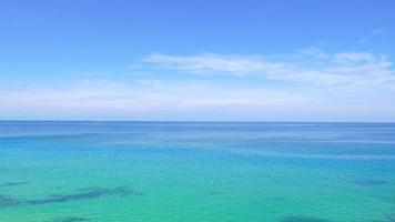 mar azul tranquilo