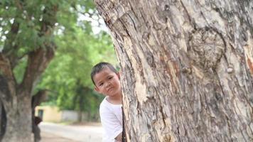 un niño juega al escondite