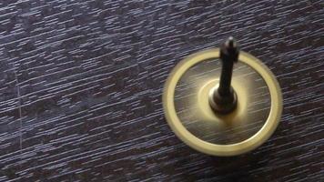 pequeño engranaje girando sobre una mesa