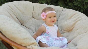petite fille est assise sur le canapé video