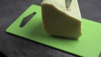 cortando manteiga de cacau