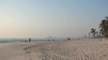 puesta de sol en una playa urbana