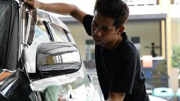 pessoal da lavagem de carros limpando um carro