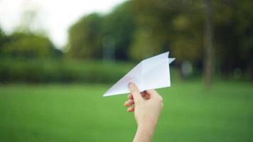 mulher segurando um avião de papel video