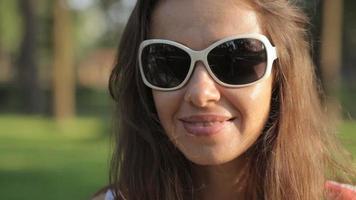 mulher de óculos escuros em um campo de verão video