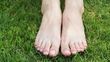 pies de mujer sobre la hierba video