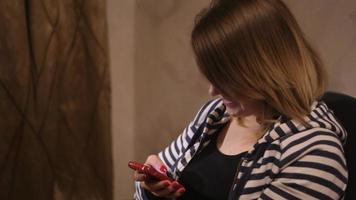 mujer usando un teléfono inteligente en casa