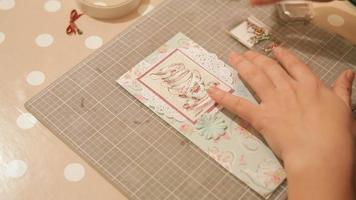 mãos de uma mulher criando e reservando cartões de natal video