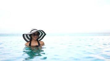 jovem relaxando em uma piscina