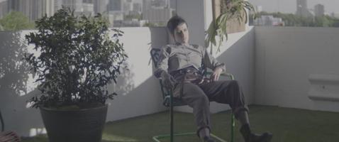 irrequieto seduto su una sedia