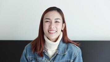 femme souriante et agitant video