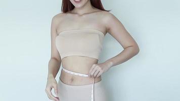 mulher medindo a linha da cintura