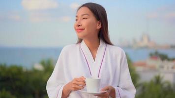 mujer sosteniendo una taza de café o té