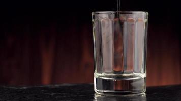 whisky versé dans un verre