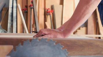 un carpintero marca las piezas de trabajo con un lápiz video