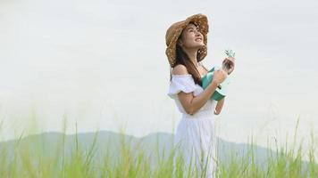 donna che suona l'ukelele