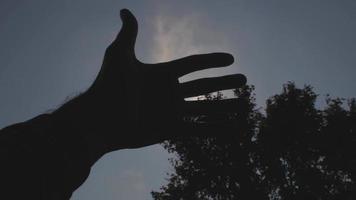 silhueta de close-up das mãos e do céu ao fundo video