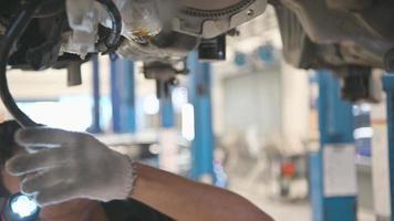 mecánico examina un coche