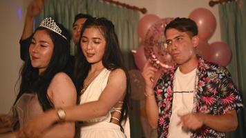 Cuatro amigos asiáticos celebrando una fiesta de año nuevo