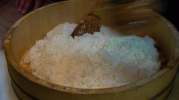 arroz de sushi en un tazón de madera