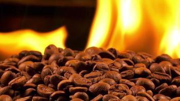 grãos de café torrados e fogo video