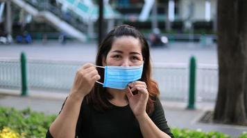 mujer asiática, llevando, máscara protectora