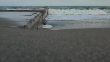 le onde sul molo