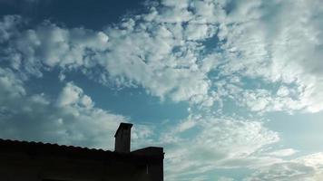 Chimenea y el lapso de tiempo de las nubes. video