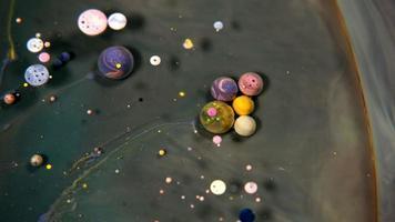 abstrato colorido acrílico e bolhas de tinta alimentar na água