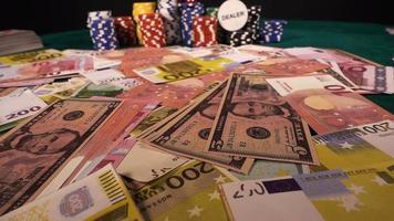 dinheiro de jogo, fichas e os dados vermelhos
