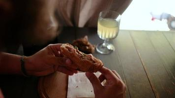 hombre barbudo comiendo un sándwich