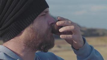 hombre bebiendo té al aire libre video