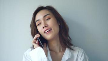 feliz, joven, mujer asiática, con, teléfono móvil