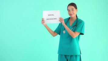 Doctora asiática sobre fondo azul aislado