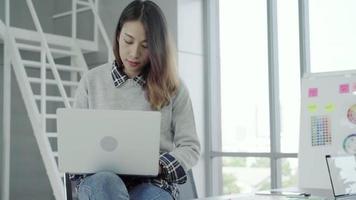 empresária profissional asiática chegando em seu escritório video