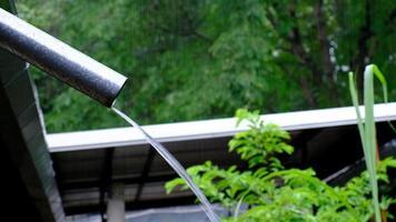 derramando chuva no telhado e de um cano