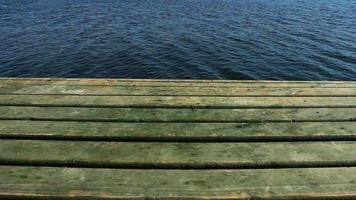 muelle de madera verde y mar en calma video