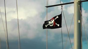 bandera pirata en el viento en un poste de yate