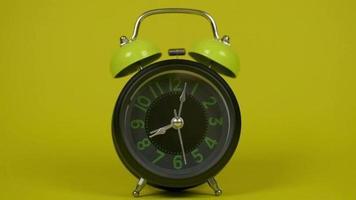 reloj despertador vintage sonando video