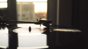 gira-discos girando um disco de vinil