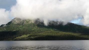 montanha e nuvens no fiorde