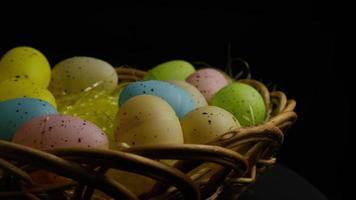 colpo rotante di decorazioni pasquali e caramelle in erba pasquale colorata - pasqua 044