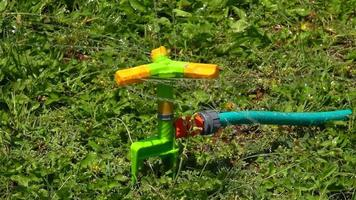 fonte de água esguicha água na grama