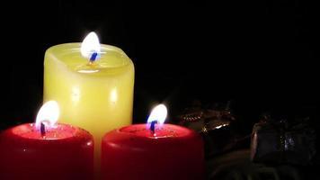 kleine Geschenkboxen im Schatten brennender Kerzen video