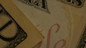 rotierende Stock Footage Aufnahme der amerikanischen Papierwährung auf einem amerikanischen Adlerschild Hintergrund - Geld 0439